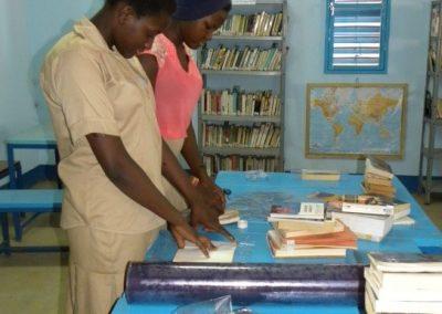 A la bibliothèque du foyer, ouverte pour tous les habitants du village
