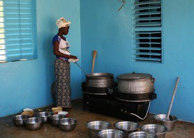 Wendyam, la cuisinière du foyer dans la cuisine du foyer qui a récemment été aménagée © Bernadette Payot