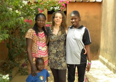 Aurélie, membre de l'association en compagnie d'Aissèta Zoungrana et Zoenabo, surveillantes du foyer