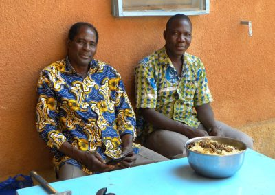 Elie Sawadogo, le coordinateur de Pogbi Burkina avec Timothée Simporé, l'agent tecnhique du foyer © Aurélie Frey